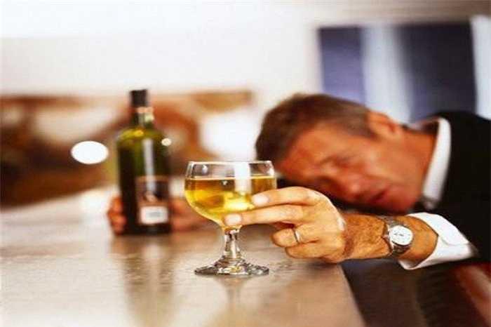 Uống rượu nhiều và thường xuyên cũng có thể gây ra những ảnh hưởng đến 'cậu nhỏ'. Nó làm gia tăng nguy cơ mắc ung thư tiền liệt tuyến.