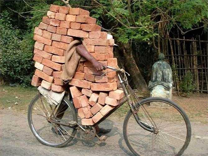 Người lao động chở gạch vượt tải