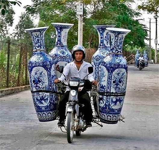 4 chiếc bình gốm chất lên xe máy
