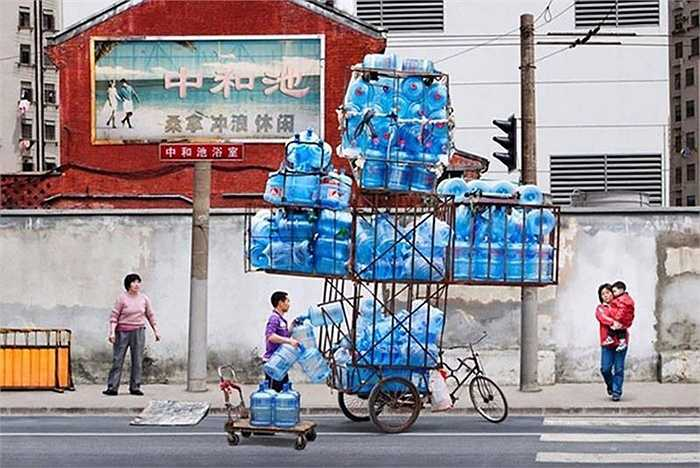 Xe ba gác cùng thùng 'chế' để chở chai nước