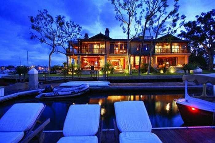 Khu biệt thự kiểu châu Á Newport Beach, California có cảnh đẹp, bãi cỏ rộng, nhìn ra bờ biển. Trị giá mỗi biệt thự 5 phòng ngủ lên đến 21,9 triệu USD