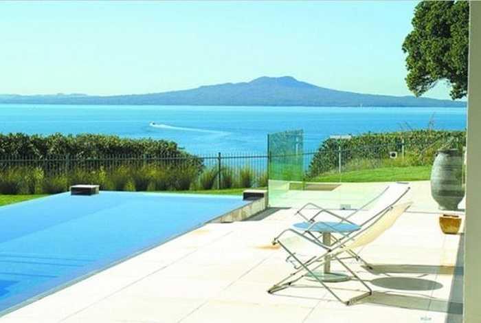Biệt thự nằm trên đảo Milford ở Newzeland với phong cách thiết kế ấn tượng. Hồ bơi rộng, nhà bếp tiện nghi, bên trong có nhà hát, chỗ chơi dành cho trẻ em