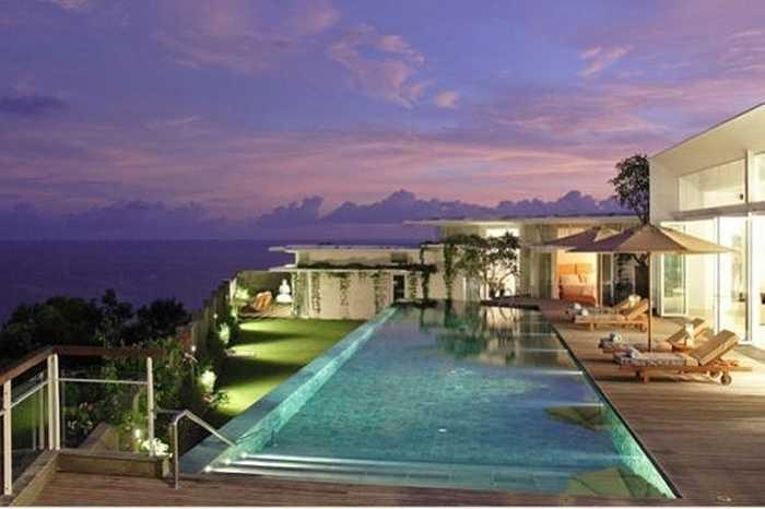 Khu biệt thự nằm bên bờ biển ở Indonesia với bồn tắm ngoài trời, bể bơi vô cực, không gian phủ kính nên rất thoáng mát. Vật liệu xây dựng làm từ gỗ tếch, đá địa phương