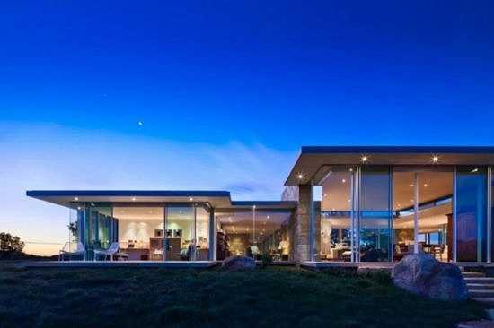 California Ocean Villas nằm ở chân đồi Santa Barbara nhìn ra biển rộng. Nhà và biển, không gian và trời xanh tạo nên không gian yên bình