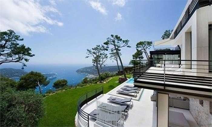 Monaco Ocean Villas có phong cách thiết kế đơn giản mà vẫn hiện đại với những khu vực ban công rộng để tắm nắng, ngắm cảnh và hồ bơi rộng