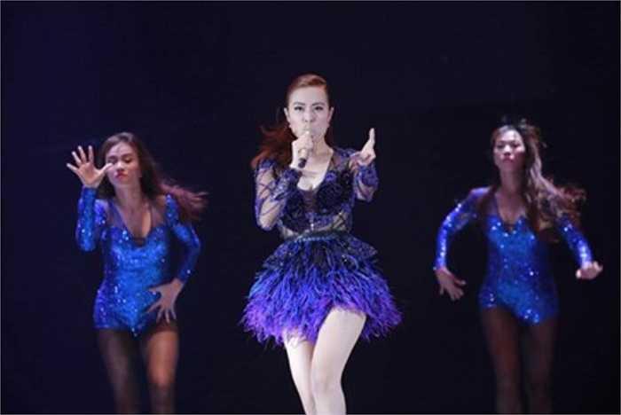 Người đẹp chọn những ca khúc sôi động, với trang phục cắt xẻ táo bạo và vũ đạo quyến rũ.