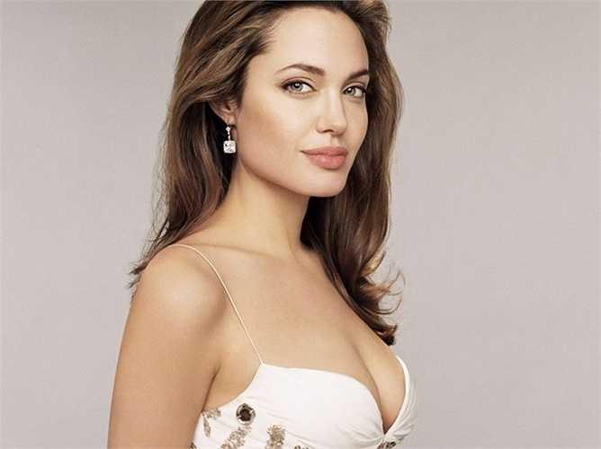 6. Angelina Jolie - Từng rất nhiều lần được phong danh hiệu 'người phụ nữ hấp dẫn nhất', năm nay Angelina Jolie cũng năm trong danh sách những người phụ nữ quyền lực nhất thế giới. Điều này càng khẳng định thêm cho tài sắc vẹn toàn của cô.