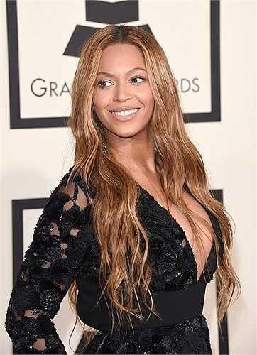 3. Beyoncé Knowles - Tháng sáu năm 2014, Beyoncé đứng đầu danh sách 100 ngôi sao nổi tiếng nhât. Một năm sau đó, cô đã được đặt tên là người phụ nữ quyền lực nhất thứ 21 trên thế giới và là ngôi sao của làng giải trí được xếp hạng cao nhất.