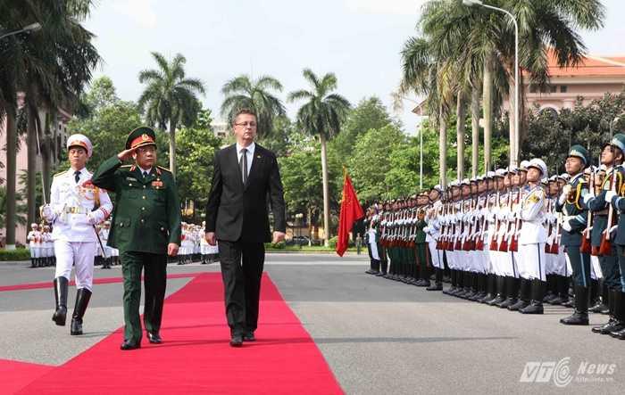 Đại tướng Phùng Quang Thanh và Ngài Martin Glvac duyệt Đội danh dự QĐND Việt Nam