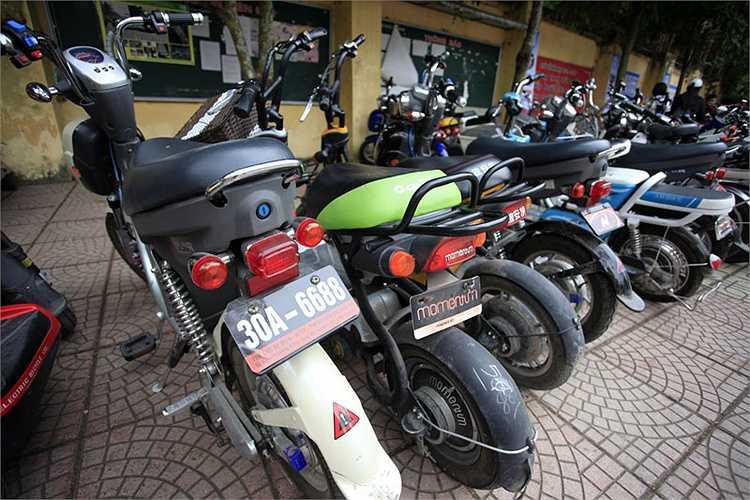 Một số người sử dụng xe máy điện (và cả xe đạp điện) còn tự ý in BKS tự làm với những con số, câu chữ lạ mắt để chạy ra đường.