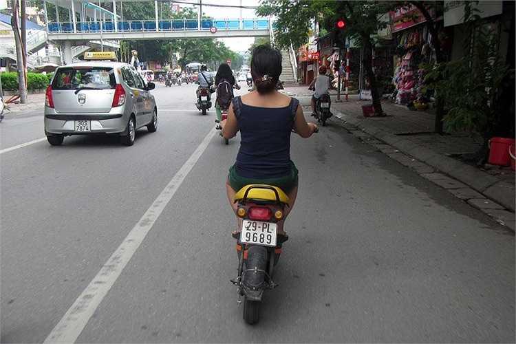 Đại úy Tạ Ngọc Khánh – Đội trưởng Đội Tham mưu PC67 Hà Nội cho biết: Số lượng những xe máy điện đi đăng ký BKS ở các quận, huyện trên địa bàn Hà Nội sau 1 năm Thông tư 15/2014 có hiệu lực là rất ít.