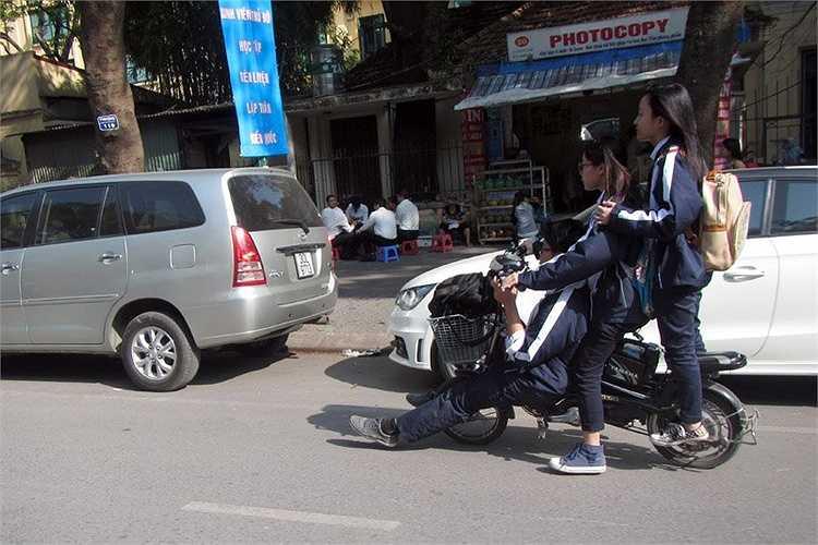 Xe máy điện, xe đạp điện được nhiều gia đình ở thành phố mua cho con đi học, nhưng nhiều trường hợp học sinh điều khiển không chấp hành luật giao thông, gây nguy hiểm cho người khác