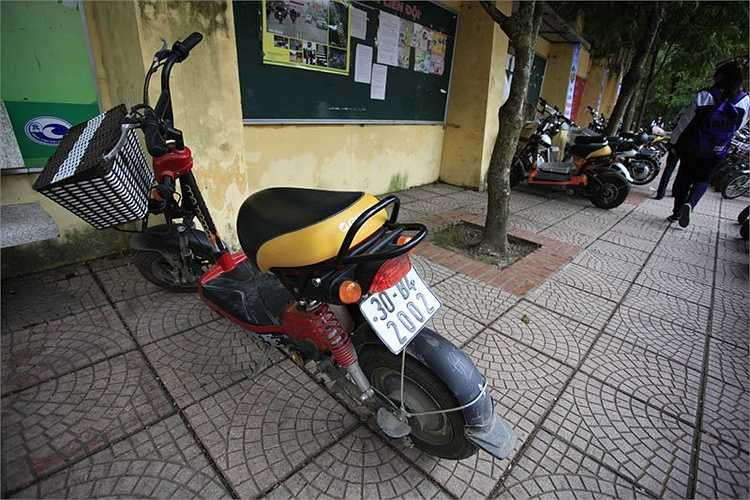Xe máy điện khi tham gia giao thông mà không có đăng ký BKS thì sẽ bị lực lượng chức năng xử phạt từ 300.000 - 400.000 đồng, tương đương mức tiền xử phạt của các loại mô tô khác.