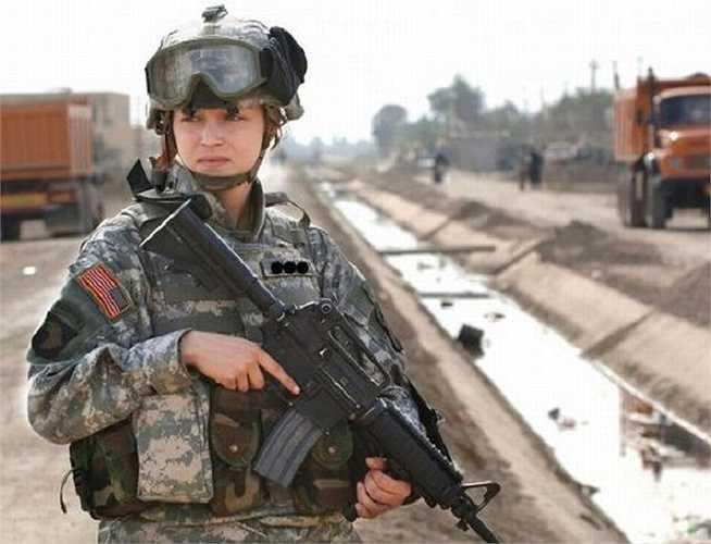 Có 35.000 sĩ quan trong hơn 165.000 nữ quân nhân trong đó  đang phục vụ trong lực lượng vũ trang Mỹ