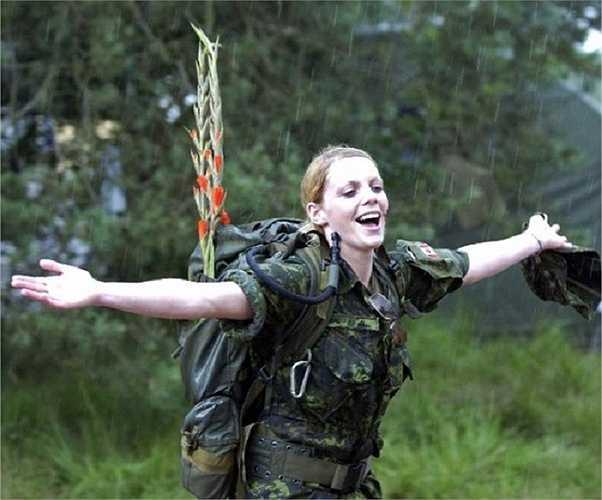 Nụ cười rạng rỡ của cô gái Canada trong bộ trang phục quân nhân