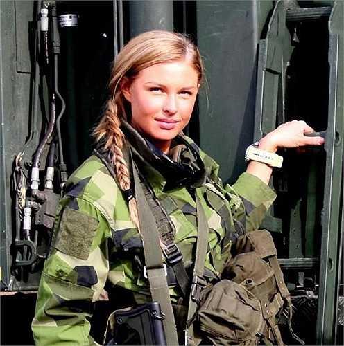 Năm 1924 phụ nữ Thuỵ Điển bắt đầu được cho phép gia nhập quân đội nhưng dựa trên cơ sở tự nguyện