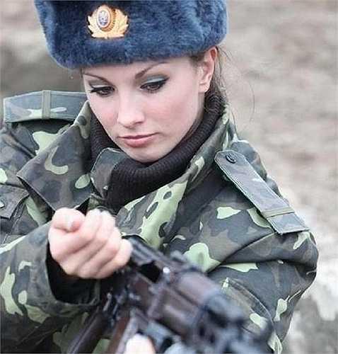 Dù không trang điểm hay ăn mặc lộng lẫy nhưng nữ binh sĩ Ukraine vẫn toát lên vẻ xinh đẹp