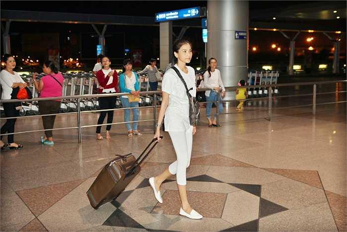 Á hậu Hoa hậu các dân tộc Việt Nam 2007 Trương Thị May giản dị khi có mặt ở sân bay.