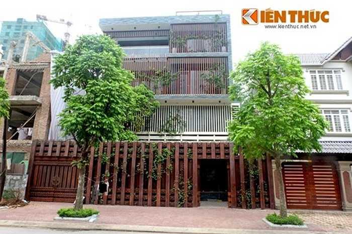 Nằm sâu trong khu đô thị Dịch Vọng (Cầu Giấy - Hà Nội), căn biệt thự bằng gỗ của đại gia Hà Nội gây chú ý vì cả công trình 'phủ' toàn gỗ.