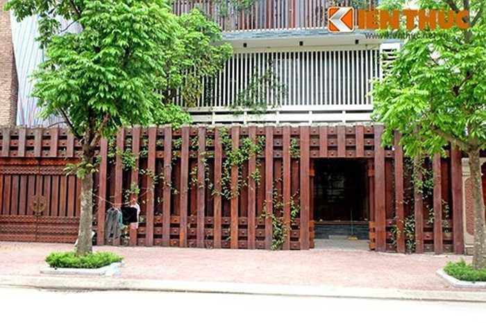 Toàn bộ hàng rào được thiết kế đẹp mắt nhờ các thanh gỗ được đóng khớp với nhau.