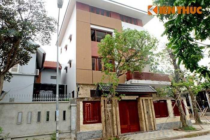 Căn biệt thự này được gia chủ chú trọng cảnh quan, cây xanh, nhiều gốc cây được mang về trồng tại vườn và vỉa hè trước công trình.
