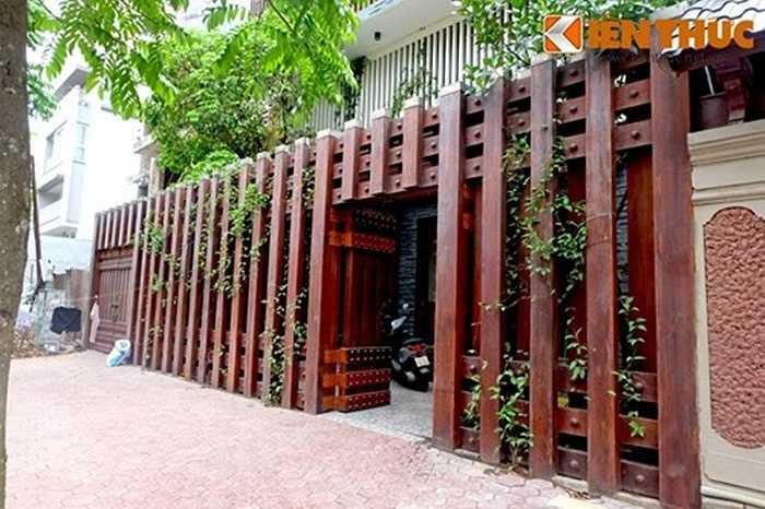 Màu gỗ nâu đỏ của hàng rào đem đến cảm giác vững chãi, an toàn và là điểm nhấn thu hút cho toàn bộ công trình.
