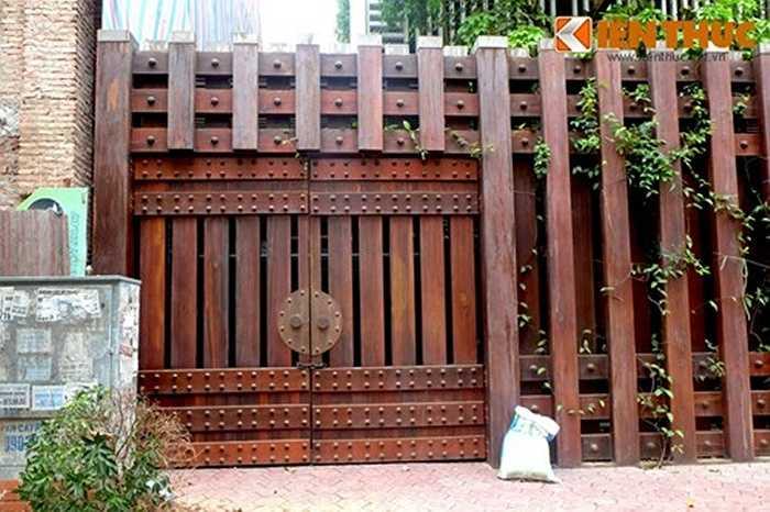 Cánh cửa lối vào tầng hầm để xe được ghép từ nhiều tấm gỗ dày. Căn biệt thự hoành tráng 'phủ' gỗ này cho thấy phần nào độ giàu có của gia chủ.