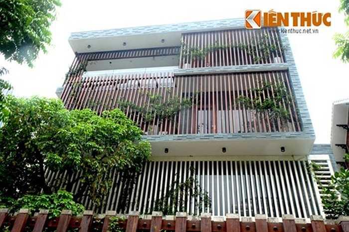 Không chỉ có hàng rào gỗ, toàn bộ hệ lam chắn nắng cho nhà cũng được làm từ các thanh gỗ, ăn rơ màu sắc với cổng.