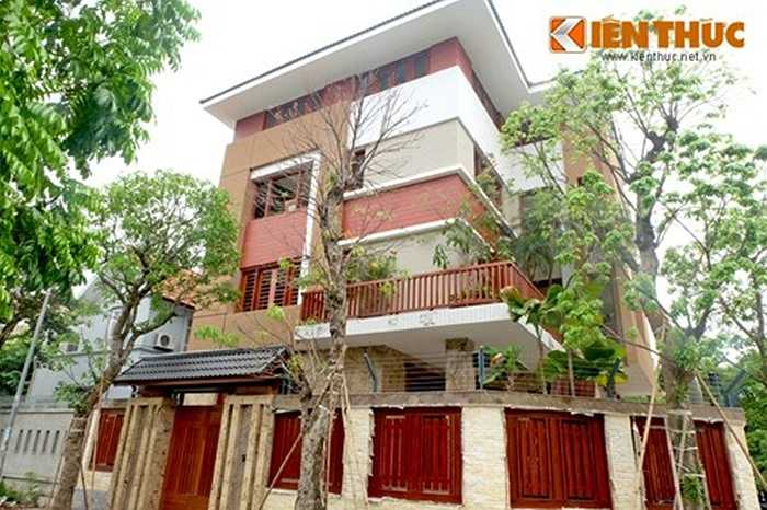 Một căn biệt thự hoành tráng với tường rào, lan can, ốp tường đều bằng gỗ khá cầu kỳ trong khu Yên Hòa (Cầu Giấy).