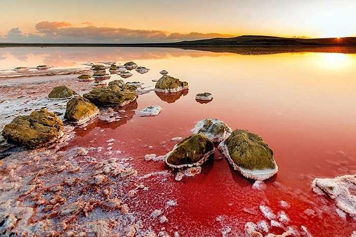 Salar de Uyuni là cánh đồng muối mênh mông ở Bolivia. Đây là nơi có trữ lượng muối lớn như một chiếc gương khổng lồ.