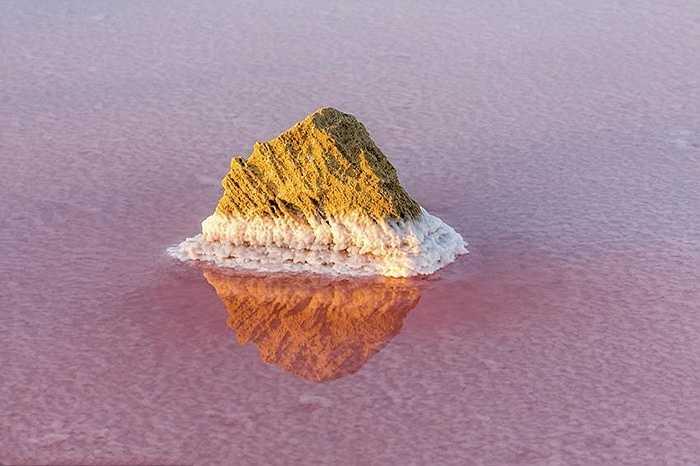 Trong hồ có khoảng 10 tỷ tấn muối nhưng mỗi năm công suất khai thác chỉ ở mức 250.000 tấn. Diểm đặc biệt là nhờ những loại vi khuẩn sống trong hồ mà màu nước luôn biến đổi