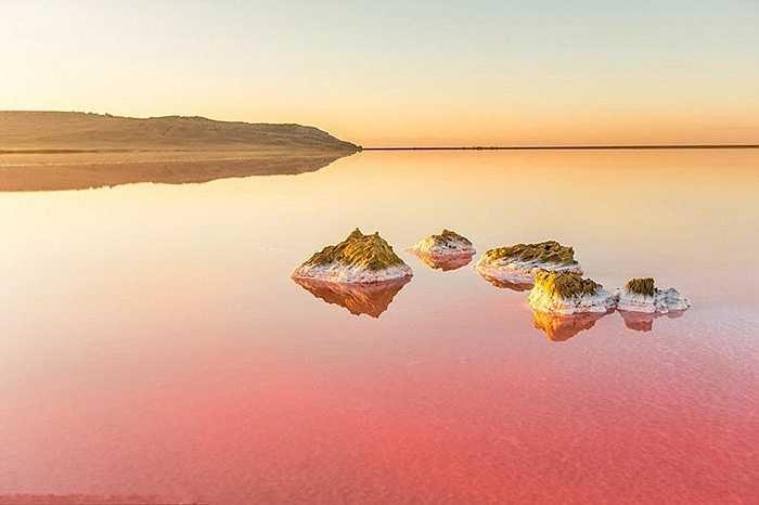 Và có lúc cánh đồng muối lại ửng hồng dưới vòm trời khổng lồ. Hoặc dưới tác động của màu bầu trời cũng tạo nên mặt nước với đa dạng màu sắc hồng, đỏ, xanh lam dưới mặt hồ