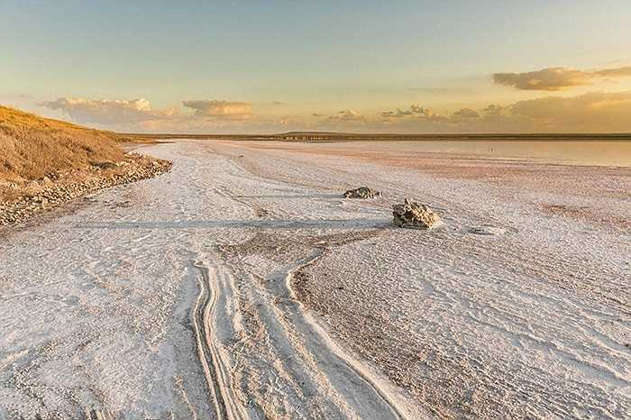 Đây được mệnh danh là sa mạc muối với diện tích gần 10.600 km2. Vào mùa đông, măt hồ cạn nước lộ ra