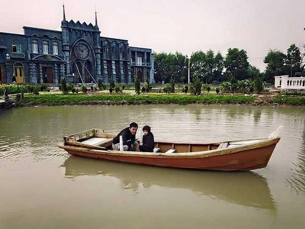 Hai cha con vui chơi ở phim trường Smiley Ville tại Hà Nội.
