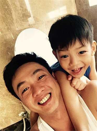 Ngày 30.3, Quốc Cường đăng hình hai cha con quấn quýt bên nhau, kèm theo dòng chú thích rất tình cảm: 'Ba thương con vì con giống mẹ'.