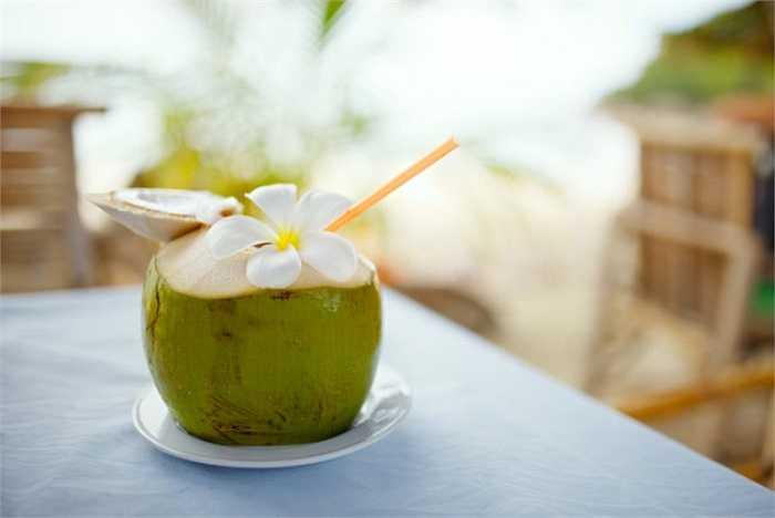 Khi đi ngoài trời nắng về uống nước dừa quá nhiều sẽ dẫn đến các triệu chứng: ớn lạnh, đầy bụng, hâm hấp sốt hoặc sốt cao... Vì vậy cần phải uống từ từ từng chút một.