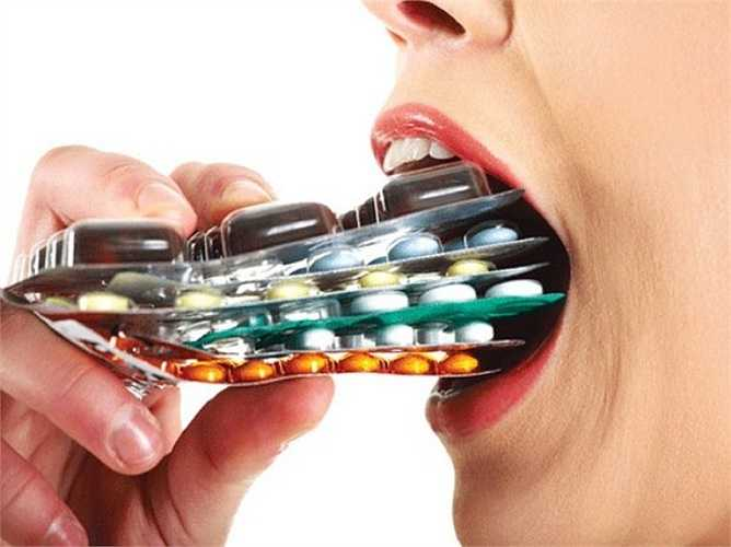 Lạm dụng kháng sinh sẽ dẫn đến việc vi khuẩn đề kháng kháng sinh (nhờn thuốc), những lần điều trị tiếp theo phải dùng đến những loại kháng sinh nặng hơn, người bệnh có thể bị tử vong.