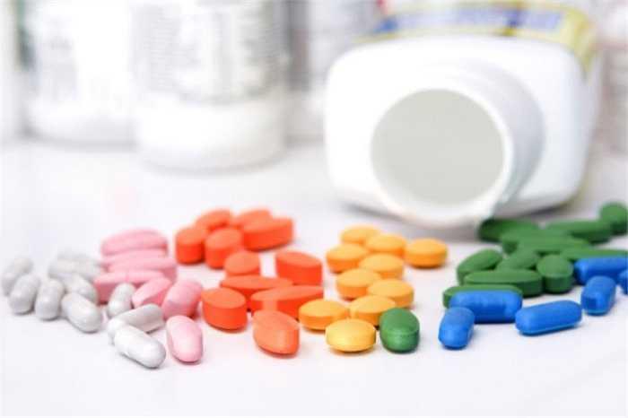 Nhiễm độc các cơ quan: Như gây độc đối với gan, thận (tetracyclin, sulfamid), các tế bào máu (cloramphenicol), thần kinh thính giác (streptomycin, gentamycin), xương răng (tetracyclin làm hại răng trẻ em)...