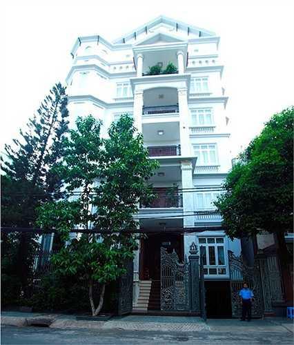 Biệt thự 6 tầng rộng gần 500 m2 của gia đình nữ ca sỹ Trang Nhung nằm ngay trên đường Cộng Hòa, quận Tân Bình, TP HCM. Gia đình cô 10 người giúp việc và bảo vệ.