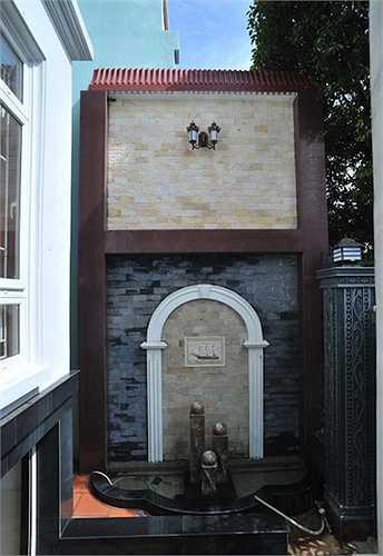 Cổng vào căn biệt thự có đài phun nước phong thủy.