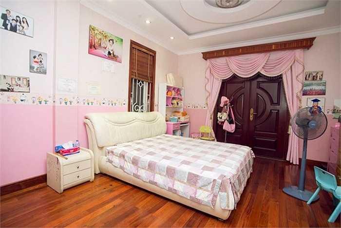 Phòng bé Bích Ngọc nằm ở lầu 2, bên cạnh phòng các anh, chị.