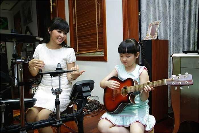Lúc rảnh rỗi, Bích Ngọc xin phép mẹ vào phòng nhạc cụ hát và học đàn.