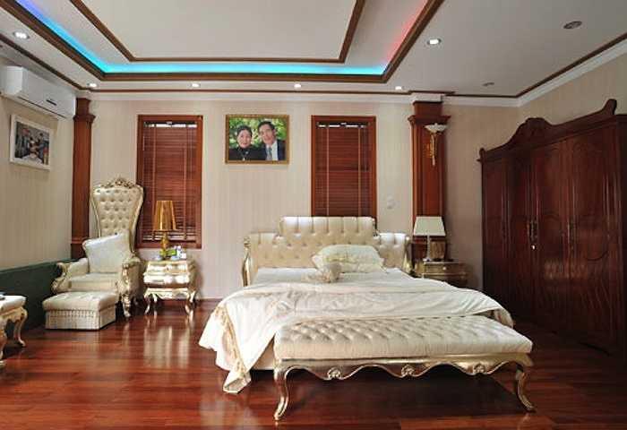 Một góc trong phòng riêng của bố mẹ chồng Trang Nhung được bày biện gọn gàng với màu trắng trang nhã.