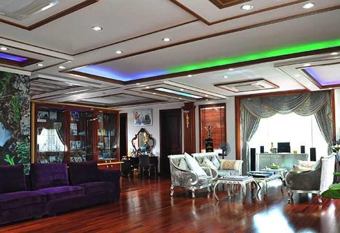 Một góc trong phòng ngủ của Trang Nhung và chồng được thiết kế tinh xảo, cùng những gam màu tinh tế. Vợ chồng cô còn đặt nguyên một bộ bàn ghế để tiếp khách thân thiết.