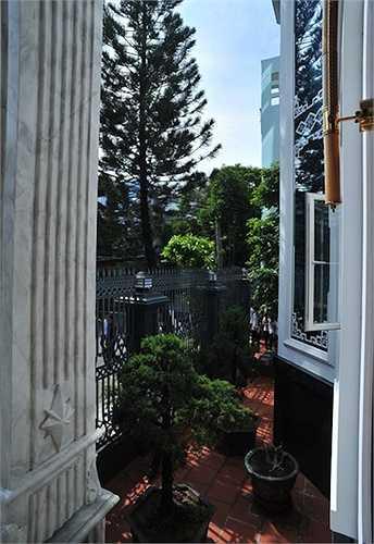 Không gian thoáng đãng bên cạnh căn biệt thự với vườn cây rộng rãi.