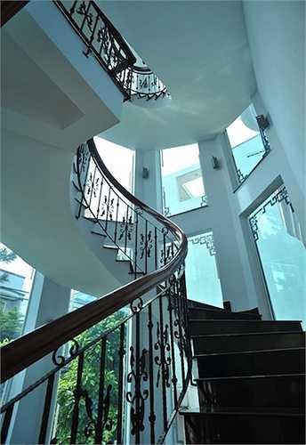 Cầu thang được thiết kế thoáng với nhiều ô cửa kính.