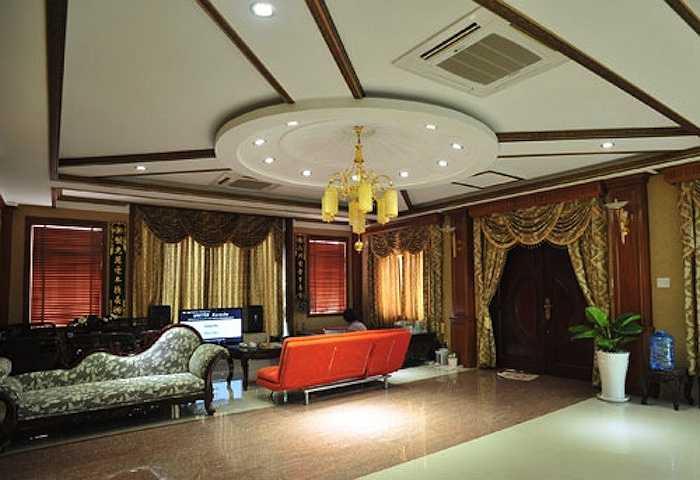 Phòng làm việc của chồng Trang Nhung nổi bật với tông màu vàng quyền quý.