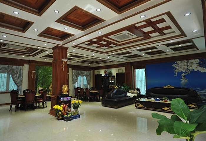 Phòng khách tại tầng trệt rộng rãi với điểm nhấn là trần nhà được thiết kế cầu kỳ, độc đáo.