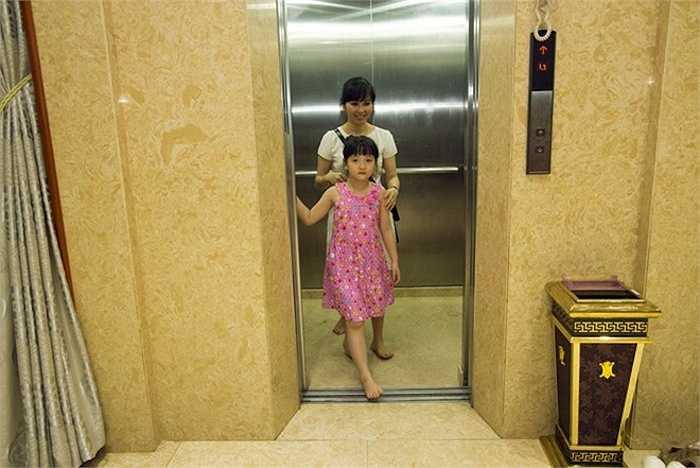 Gia đình nữ ca sỹ dọn về sống ở đây khoảng 3 năm nay. Mọi người chủ yếu di chuyển bằng thang máy vì căn nhà quá rộng.