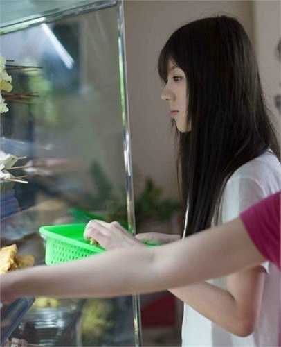 Mới đây, mạng xã hội Trung Quốc phát sốt trước loạt hình chụp một nữ sinh mặc áo sơ mi trắng ở căng-tin trường học. Nữ sinh có làn da trắng ngần, vóc dáng mảnh mai, tóc đen dài dịu dàng khiến nhiều nam sinh điêu đứng.